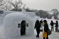 中雪像 雪だるまと動物たちの仲良しすべり台