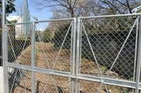 都立新宿高校グラウンドと御苑の間の柵