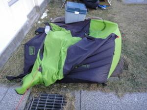 風でつぶれたテント