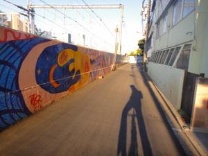 中野駅東側の線路沿いのブロック塀