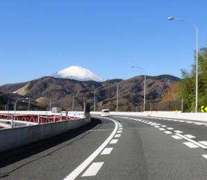 東名高速 皆瀬川橋手前より富士山を望む