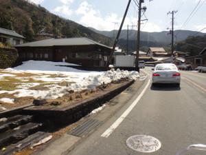 路肩に雪が……