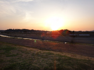 対岸に沈む夕日